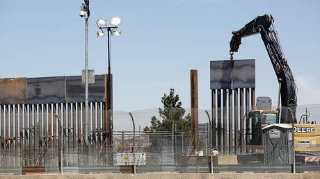 Obreros de EE.UU. trabajan en un nuevo muro de bolardo en Texas, el 2 de abril de 2019.