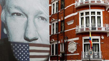 Un cartel de un camión muestra el rostro del fundador de WikiLeaks, Julian Assange, afuera de la Embajada ecuatoriana en Londres, el 5 de abril de 2019.