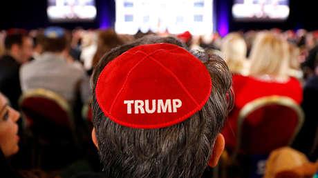 Un hombre lleva puesto una kipá con el nombre de Trump estampado, mientras espera la llegada del presidente estadounidense a la reunión anual de la Coalición Judía Republicana en Las Vegas, EE.UU., el 6 de abril de 2019.