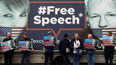 Partidarios de Julian Assange fuera de la Embajada ecuatoriana en Londres, el 6 de abril de 2019.