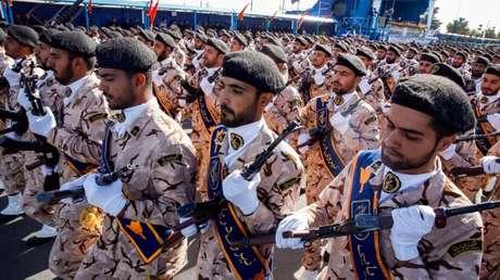 Los Cuerpos de la Guardia Revolucionaria Islámica de Irán durante un desfile militar anual que marca el inicio de la guerra con Irak
