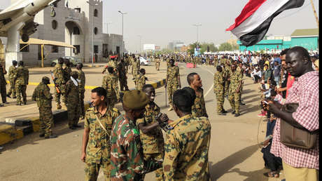 Numerosos soldados vigilan una manifestación antigubernamental, Jartum, Sudán, 11 de abril de 2019.