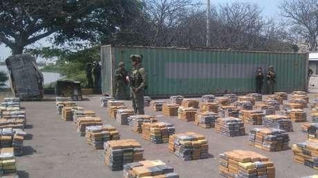 Imagen ilustrativa. Soldados cerca de los paquetes con cocaína en Barranquilla, Colombia, 2 de abril de 2017