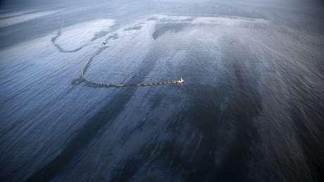 Un vertido de petróleo en el océano Pacífico, cerca del condado de Santa Barbara (California, EE.UU.), 20 de marzo del 2015.