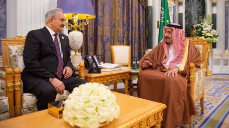 Reunión del rey de Arabia Saudita, Salman bin Abdulaziz, con el mariscal Jalifa Haftar, en Riad, 27 de marzo de 2019.