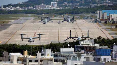 La estación aérea de Futenma en Ginowan, Okinawa, foto de archivo