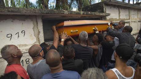 Familiares y amigos de Evaldo dos Santos en su entierro en Rio de Janeiro, Brasil. 10 de abril 2019.