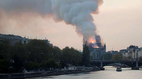 Incendio en la catedral de Notre Dame, París.