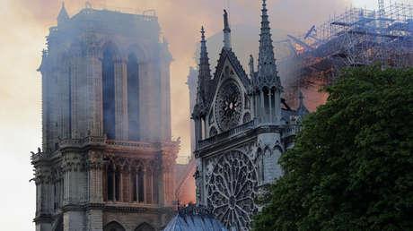 París: La gente llora y reza ante el pavoroso incendio en la catedral de Notre Dame en llamas (fotos, videos)