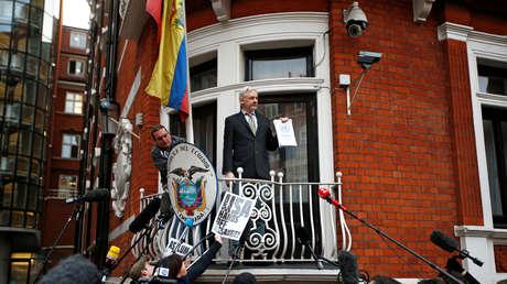 El fundador de WikiLeaks, Julian Assange, pronuncia un discurso desde el balcón de la Embajada ecuatoriana en Londres, el 5 de febrero de 2016.