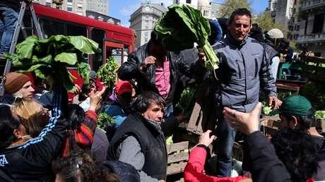 Agricultores reparten sus productos como protesta contra la distorsión de los precios, Buenos Aires, Argentina, 14 de septiembre de 2016.