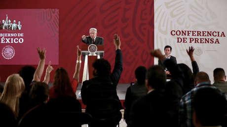 El presidente de México, Andrés Manuel López Obrador, junto al coordinador general de Comunicación Social y vocero del Gobierno federal, Jesús Ramírez Cuevas.