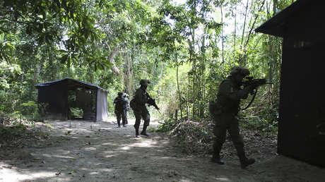 Policías colombianos participan en capacitación durante el Curso Internacional Jungla, en Chicoral, cerca de la ciudad de Ibagué, el 26 de noviembre de 2013.