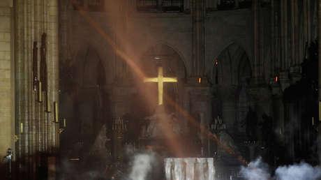El altar de la Catedral de Notre Dame de París después del incendio, el 16 de abril de 2019.