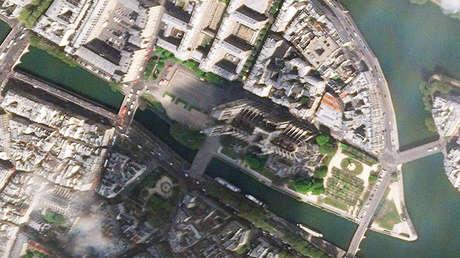 Imagen satelital de la catedral de Notre Dame de París, proporcionada por PlanetLabs.
