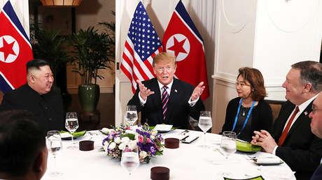 De izquierda a derecha: El líder norcoreano Kim Jong-un, el presidente de EE.UU. Donald Trump y el secretario de Estado Mike Pompeo durante una cena en el marco de la segunda cumbre bilateral celebrada en Hanói (Vietnam) el 27 de febrero de 2019.