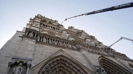 Una grúa trabaja en la catedral Notre Dame en París, el 19 de abril de 2019.