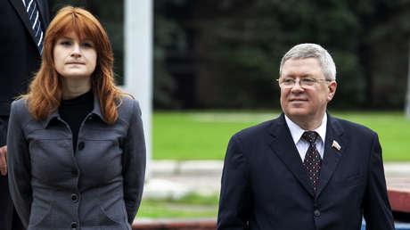 María Bútina con Alexander Torshin, entonces miembro de la Cámara Alta del Parlamento ruso, en Moscú, el 7 de septiembre de 2012.