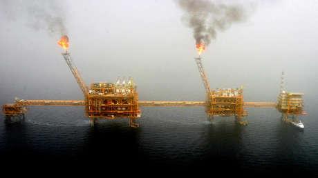 Plataforma de producción de petróleo iraní en el golfo Pérsico