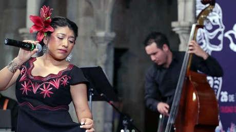 Ópera Mixe es un homenaje a la música y a la cultura oaxaqueña y está integrado por María Reyna, cantante soprano, y Joaquín Garzón Rivera, compositor.