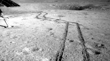 Las huellas del 'rover' Yutu-2 en la superficie lunar