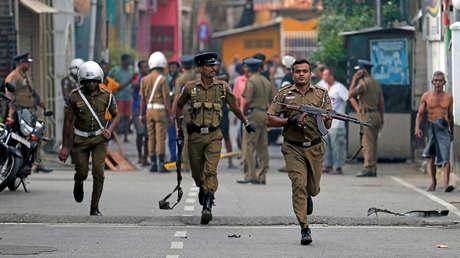 Policías despejan el área cerca de una iglesia en Colombo, Sri Lanka, el 22 de abril