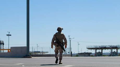 Un soldado mexicano patrulla cerca de la entrada de Aduanas y Protección Fronteriza (CBP) de los EE. UU., en Guadalupe, México, 18 de junio de 2018.