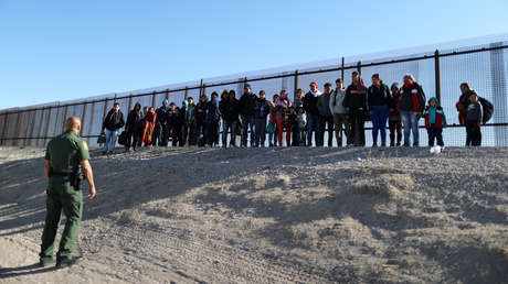 Un grupo de migrantes centroamericanos ante un agente de la Patrulla Fronteriza estadounidense.