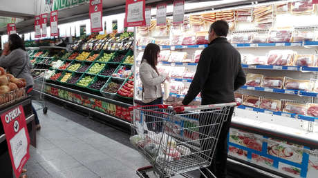 Los consumidores argentinos buscan precios en un supermercado de Avellaneda, provincia de Buenos Aires.