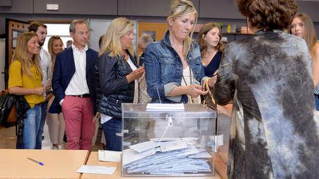 Una mujer vota en las elecciones generales de España en Bilbao (España), el 26 de junio de 2016.