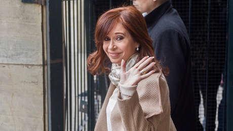 La expresidenta argentina Cristina Fernández de Kirchner saluda al salir del edificio de Justicia en Buenos Aires, el 3 de septiembre de 2018.