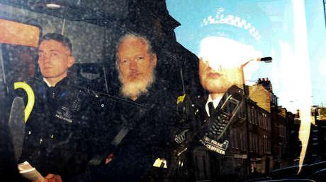 Julian Assange es escoltado por la Policía en Londres, Reino Unido, el 11 de abril de 2019