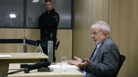 El expresidente de Brasil, Luiz Inácio Lula da Silva, durante una entrevista con medios en la sede de la Policía Federal en Curitiba, Paraná, el 26 de abril de 2019.
