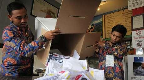Funcionarios de la Comisión de Elecciones Generales (KPU) computan votos durante los comicios, en Surabaya (provincia de Java oriental, Indonesia), 17 de abril de 2019.