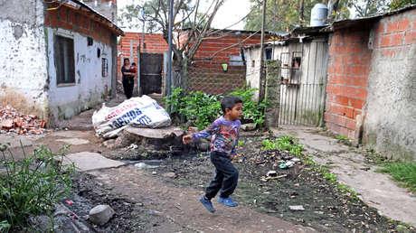 Un niño corre en el partido de Quilmes, Provincia de Buenos Aires (Argentina), el 29 de mayo del 2017.