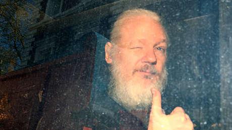 El activista Julian Assange, en el vehículo policial tras su detención, Londres, Reino Unido, 15 de abril de 2019.