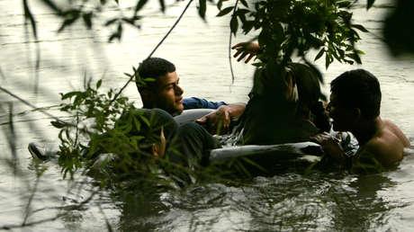 Imagen ilustrativa. Un grupo de migrantes flota sobre un neumático en el río Bravo, el 2 de mayo de 2006.