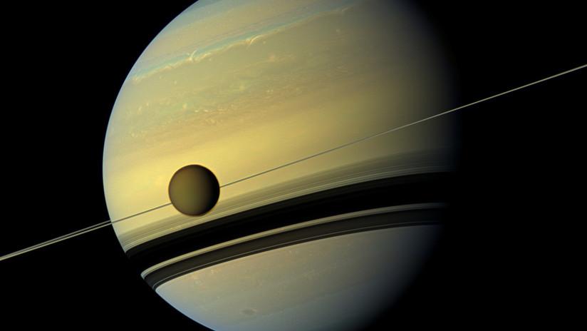 """Descubren un """"desconcertante"""" cinturón del hielo de 6.300 kilómetros en la superficie de Titán"""