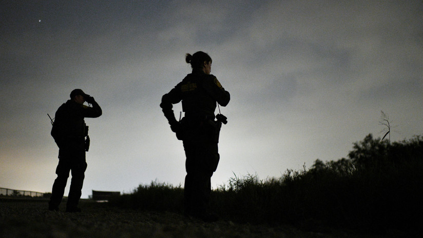 Un bebé muerto y 3 desaparecidos tras volcarse una balsa de migrantes en un río entre México y EE.UU.