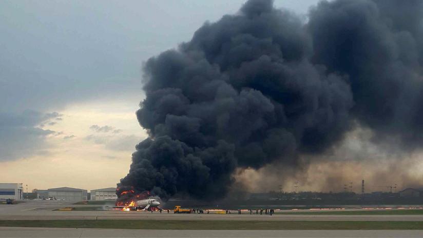 PRIMERAS IMÁGENES: Pasajeros saltan del avión que se incendió en un aeropuerto de Moscú