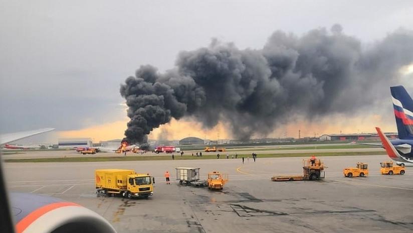 Gritos y llamas: Publican un escalofriante video desde el interior del avión incendiado en Moscú
