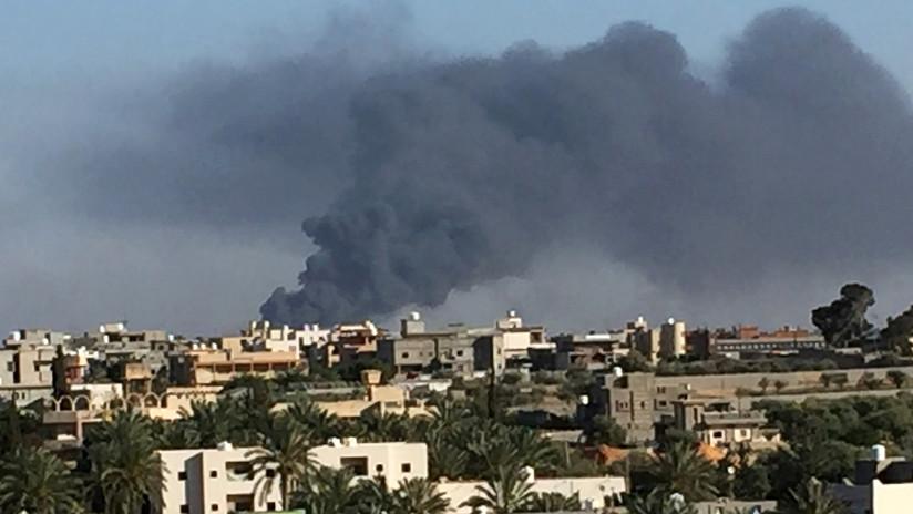 Fuerzas del mariscal libio que desafía a la ONU bombardean blancos en Trípoli y destruyen un cuartel general