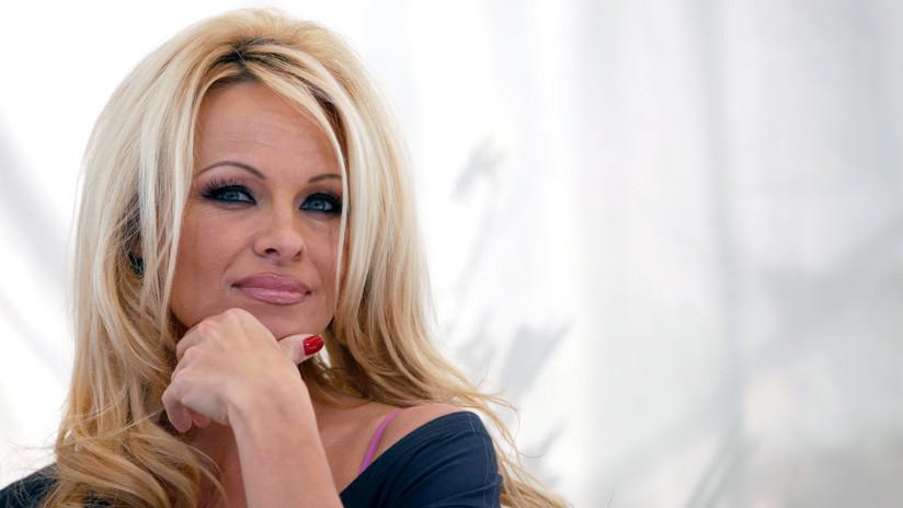 """Pamela Anderson tras visitar a Assange: """"Ha sido muy difícil ver a Julian en la cárcel de máxima seguridad"""" (VIDEO)"""