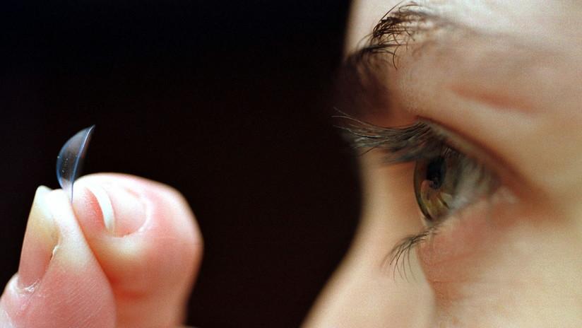 58f6963a3c Proliferación de bacterias en el ojo de una mujer que no se quitó los lentes  de
