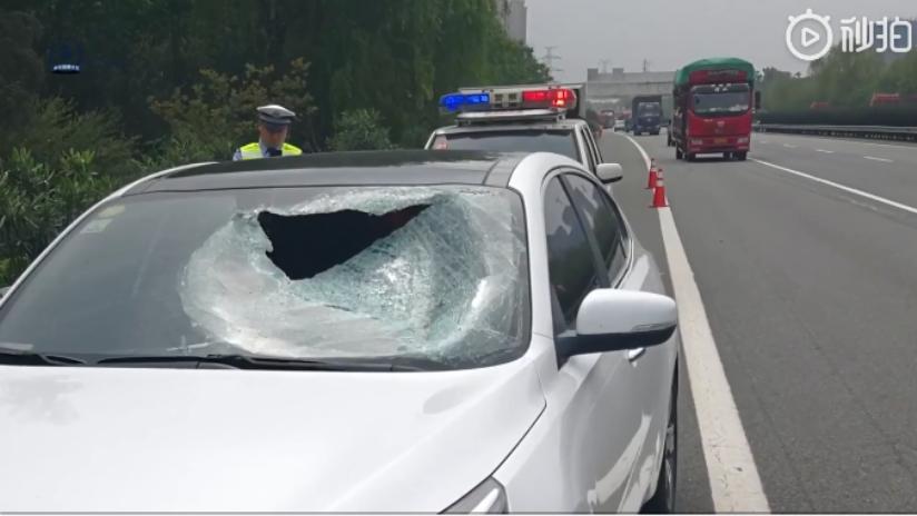 VIDEO: Trozo de metal atraviesa el parabrisas de un auto en plena marcha matando al pasajero