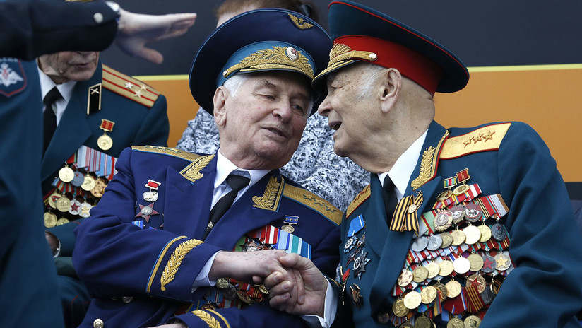 Miles de soldados, armas y vehículos militares desfilan en la Plaza Roja en el 74.º Día de la Victoria