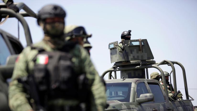 VIDEO: Presuntos sicarios fuertemente armados se pasean tranquilamente por la frontera norte de México