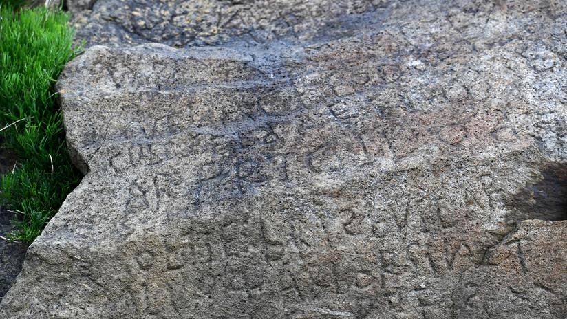 FOTO: Ofrecen en Francia 2.000 euros por descifrar el misterioso texto de una 'piedra de Rosetta'