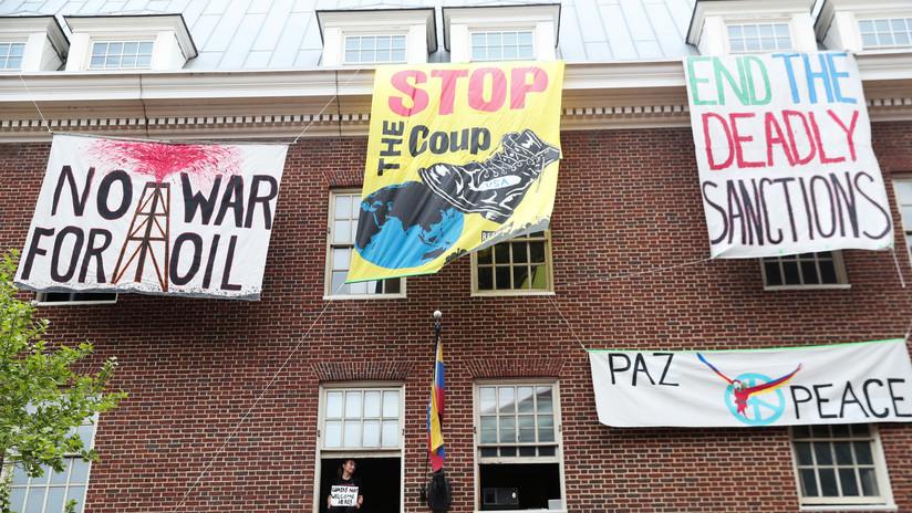 """""""Ha sido como una zona de guerra"""": Activistas resisten dentro de la Embajada venezolana en EE.UU. pese a protestas y falta de servicios básicos"""