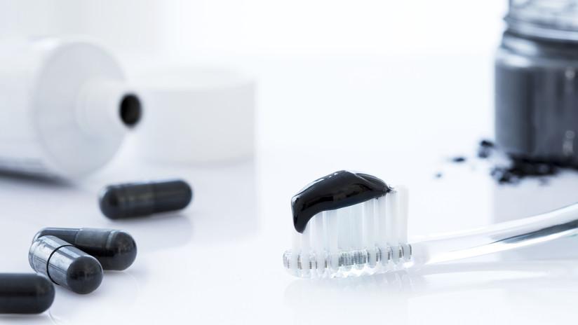 Lavarse los dientes con carbón: de qué se trata y por qué es peligrosa esta tendencia